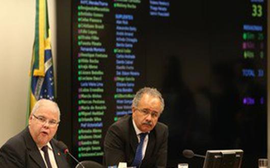 Comissão aprova distritão e fundo de R$ 3,6 bi para eleições