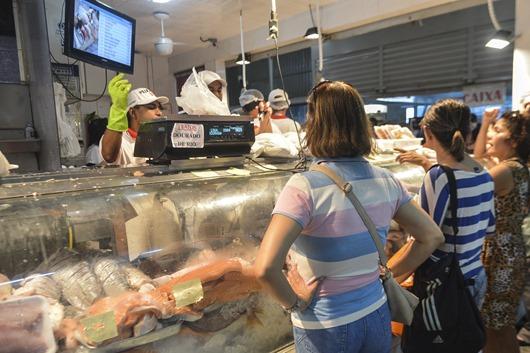 Movimento no comércio de peixe hoje (17) véspera de feriado da Semana Santa (José Cruz/Agência Brasil)