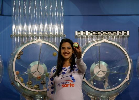09/11/2017- Brasília - O Caminhão da Sorte da CAIXA sorteia o concurso 1.986 da Mega-Sena, valendo um prêmio de R$19 milhões, na quadra 302 de Samambaia - DF  Foto: Wilson Dias/Agência Brasil