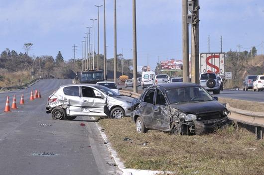 Brasília - Acidente envolvendo seis carros na BR 020, sem vítimas fatais