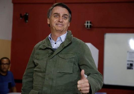 Acompanhado de agentes da PF e da mulher, o candidato à Presidência da República pelo PSL, Jair Bolsonaro, vota  na Escola na Municipal Rosa da Fonseca, na Vila Militar, no Rio de Janeiro.