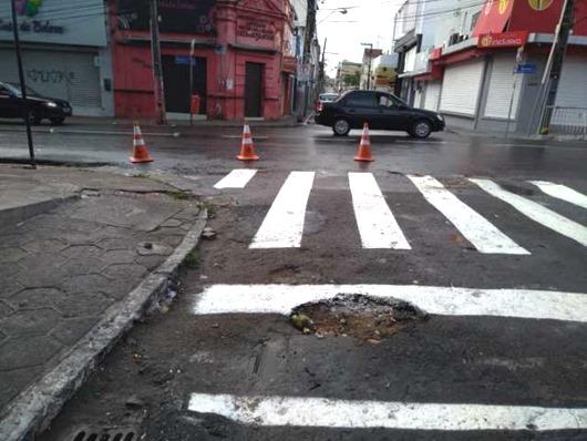 Faixa de pedestre é pintada contornando buraco no Centro de João Pessoa