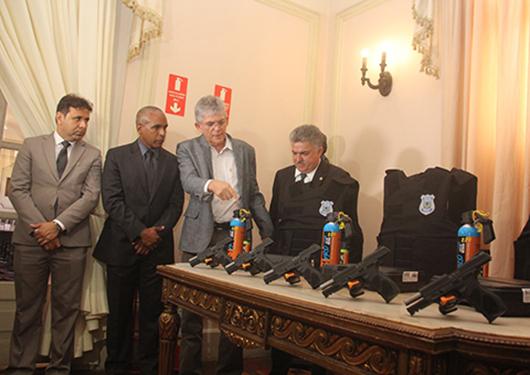 Ricardo Coutinho_entrega_armamentos e coletes