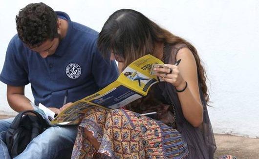 Brasilia - Alunos aguardam abertura dos portões no Uniceub, para prova do Enem (Valter Campanato/Agência Brasil)