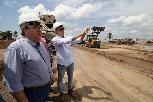 João Azevêdo faz visita técnica às obras de construção de 960 unidades habitacionais no Bairro das Indústrias