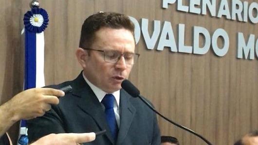Sales Júnior toma posse como prefeito