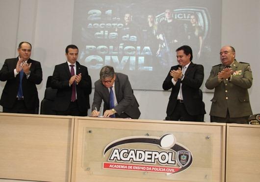 João Azevêdo assina pacote de ações e assegura autonomia financeira da Polícia Civil