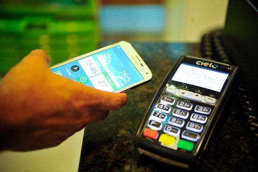 Foto para matéria pagamento celular maquina cartão crédito/débito (Marcello Casal Jr/Agência Brasil)