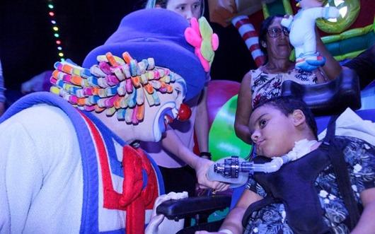 Criança internada na UTI do Hospital de Trauma assiste espetáculo circense