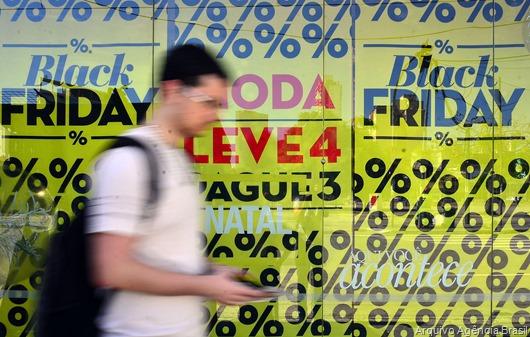 Consumidores buscam as ofertas da Black Friday