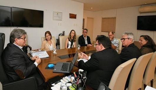 João Azevêdo discute ampliação de intercâmbios com representantes da UFPB e de instituição fran