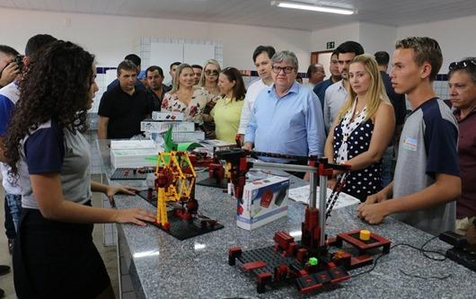 João Azevêdo entrega escola e assina convênio para obras de pavimentação