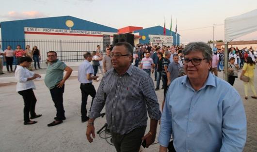 João Azevêdo entrega obras de educação e pavimentação em São João do Rio do Peixe