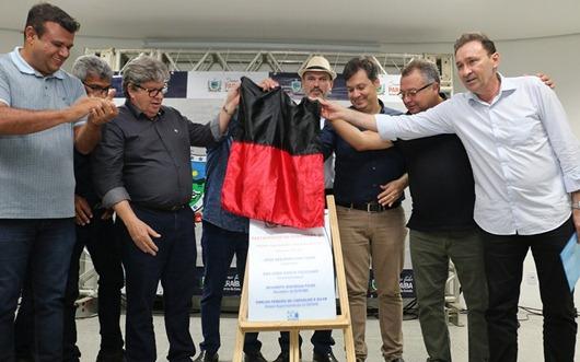 Em Cajazeiras, João Azevêdo entrega e autoriza obras de recuperação de rodovias