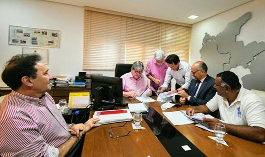 João Azevêdo assina Termo de Cooperação para recuperação da cultura do caju