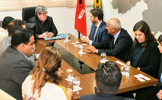 João Azevêdo discute parcerias econômicas e culturais com cônsul da Itália