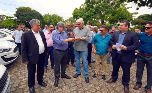 João Azevêdo entrega 25 veículos-1