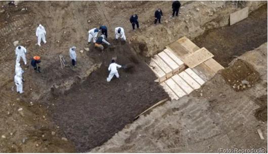 Estados Unidos_coronavírus-Nova York sepulta cadáveres em vala comum