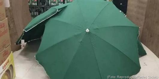 Empregado do Carrefour morre e loja esconde corpo com guarda-sóis para manter funcionamento