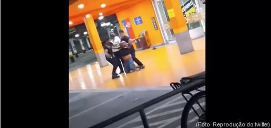 Homem negro é espancado até a morte por dois seguranças do Carrefour na véspera do Dia da Consciência Negra