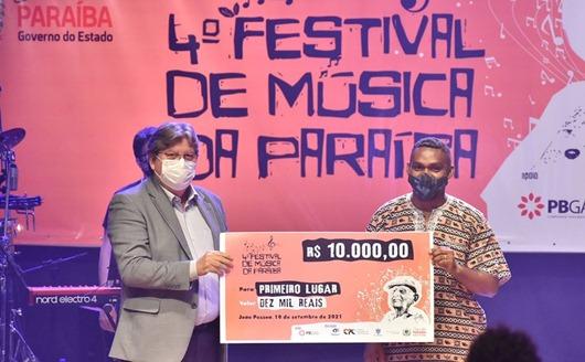João Azevêdo_4° Festival de Música da Paraíba_ prêmio ao vencedor