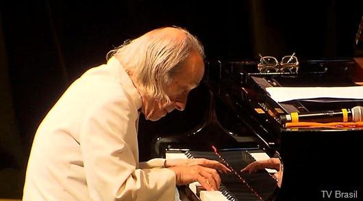 """João Carlos Assis Brasil apresenta o concerto """"Todos os Pianos"""""""