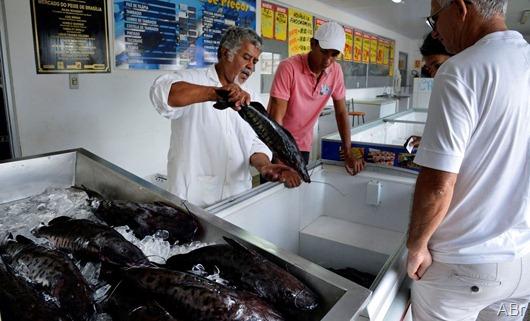 Brasília -  A tradição de comer peixe na sexta-feira Santa, leva consumidores aos mercados de peixe na capital (José Cruz/Agência Brasil)